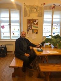 Martin Adámek ve skautské klubovně oddílu Origami, který vede jeho dcera Veronika.