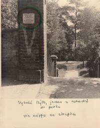 Zákaz vstupu pro Židy u vchodu do parku ve Vysokém Mýtě