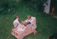 Dědovo autíčko s Martinem a Kačkou