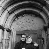 Jan Ságl a Zorka Ságlová před portálem kostela v Lukově u Humpolce, polovina 60. let