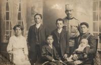 Zleva Margareta, stojící Georg a Josef, sedící Johannes a babička Karolína (roz. Schnürerová) s malým Nikolausem na klíně, stojící dědeček Nikolaus Frank, 1915