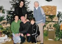 Rodina Musilova v Galerii. Zprava stojící Josef Musil a vnuk, dole zprava Anna Musilová, syn Jiří, jeho žena Anna