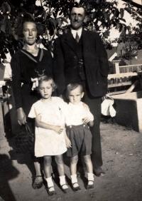 Šestiletý Bohuslav Šotola (r. 1937) s rodiči a sestrou