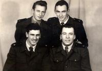Bohuslav Šotola (nahoře vpravo) na vojně (r. 1954)