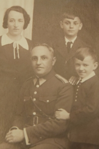 František Humler (first row on the right) with his family