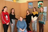 Paní Jarmila Ježová se studentkami, které její příběh zaznamenaly, (Kateřina Šnyrchová, Lucie Skoumalová, Eliška Hvastová, Veronika Smékalová a Eliška Hrdličková), listopad 2019