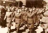 Výročí osvobození, přehlídka v Žatci roku 1946. Druhá zprava Alla Karfíková-Boroličová (zdroj: Československé ženy)