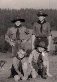 František Tomšíček s kamarády ze skautského oddílu