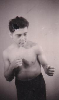 Fotografické negativy s fotografiemi Viktora Fische jako boxera