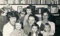 S Danou Němcovou (vlevo) a paní Forbelskou, sestrou Jiřího Němce (vpravo), a matkou (uprostřed) u Němcových doma, prosinec 1959
