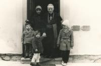 S matkou a sourozenci u kardinála Berana v Mukařově, 1964