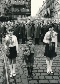 Bratr Antonín Mucha – skaut mezi pionýry, předávání květin A. Dubčekovi na 1. máje 1968