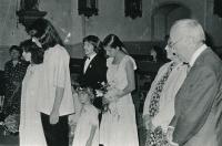 Svatba s Ludvíkem Hradilkem v kostele ve Velké Úpě 22. 7. 1982 (nevěsta s ženichem vlevo)