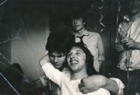 Rozlučka s Janem Mlynárikem (vlevo) v domečku na Buďánkách, cca 1979, bratr Antonín Hradilek (vpředu), Filip Topol (vzadu)