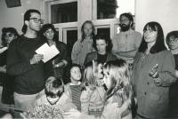 Hmatová výstava Hapestetika v Galerii u Řečických (Terezie Hradilková uprostřed), 1993