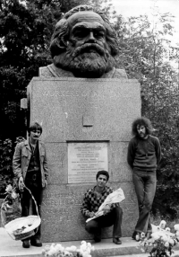 Joe Kučera (on the right) with Ivan Douda at the grave of Karl Marx in London