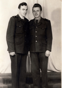 Bohuslav Šotola jako příslušník TP v Nepomuku v r. 1953 (vlevo)