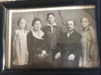 Family picture, 1934-1935. From left: sister Eva, mother Alžbeta, brother Alexander, father Arpád and Helena.