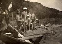 Bohuslav Šotola se skauty v Hluboké nad Vltavou (r. 1947)