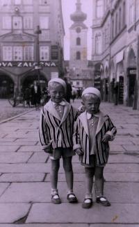 Se starším bratrem Miroslavem na náměstí v Českých Budějovicích, 1932