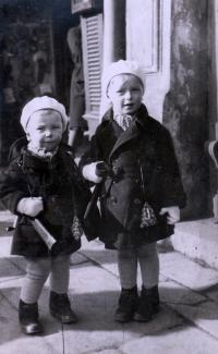 Se starším bratrem Miroslavem, 1932