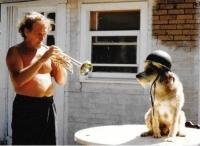 Laco Déczi se psem Josefem, se kterým přijeli z Německa do USA (konec 80. let 20. století)