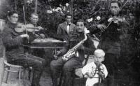 Laco Déczi na romské muzice (1942)
