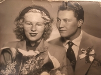 Rodiče pamětnice na svatební fotografii.