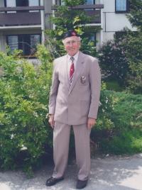 Bedřich Boršek před Domovem seniorů  U Hvízdala v Českých Budějovicích v sokolském kroji, 2008