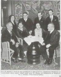 Fotografie z časopisu Pestrý týden, asi 1930: zleva sedící František Kupka, Iča Waldes, Ida Waldes a Sigmund Waldes, stojící zleva Eugenie Kupka, Jindřich Waldes, dva neznámí muži