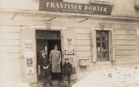 Obchod se smíšeným zbožím, který provozoval pamětníkův otec, rodný dům Bedřicha Borška v Bystřici pod Hostýnem, uprostřed František Boršek - pamětníkův otec