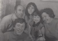 Pamětník s nejstarším synem Vladimírem, dcerami Pavlou a Květoslavou a manželkou Květoslavou