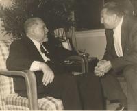 Dědeček Sigmund Waldes vlevo, vpravo jeho syn Harry, strýc Jiřiny Novákové, New York 1960