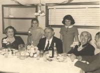 Vlevo Ida Waldes, babička Jiřiny Novákové, dědeček Sigi Waldes a prababička Leontýna Hirsch, rodinná oslava, New York 1960