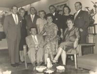 Vlevo Harry Waldes, strýc Jiřiny Novákové, jeho žena Herta a babička Ida Waldes s přáteli, rodinná oslava New York 1960