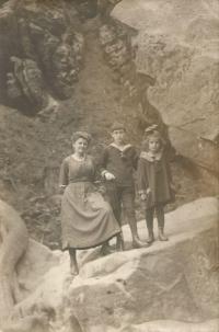 Vlevo guvernantka, Harry a Věra, matka Jiřiny Novákové, na výletě v Alpách, 1920