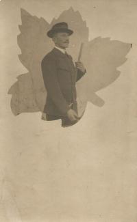 Otto Hromádko v lesnické uniformě před odchodem na frontu, kde padl roku 1914