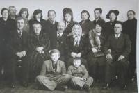 Zlatá svatba Jaroslavových rodičů (chlapec sedící vlevo)