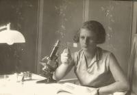 Věra Waldes, matka Jiřiny Novákové, během studií na univerzitě v Heidelbergu, 1933
