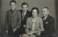 Rodina Borškova s kamarádem Pepou, kvůli kterému Bedřich nedostudoval, 1942