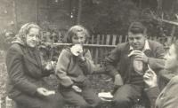Marie Hromádková, tchyně Jiřiny Novákové, na zahradě s dcerou Miluší (sestrou Otakara Hromádka) a dvěma dalšími členy rodiny, Havlíčkův Brod 1951