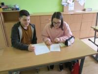 Žáci ze ZŠ Velemín při práci na scénáři