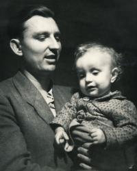 Jindra Lisalová s tatínkem Pavlem Gonákem, asi 1953