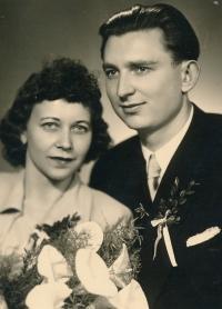 Svatební fotografie rodičů Jindry Lisalové (Jindřiška Horáková a Pavel Gonák)