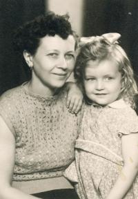 Jindra Lisalová s maminkou, asi 1957