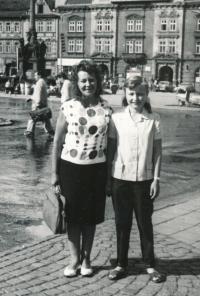 JIndra Lisalová s maminkou ve starém Mostě