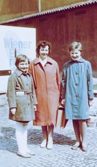 Jindra Lisalová (vlevo) s maminkou, asi 1963