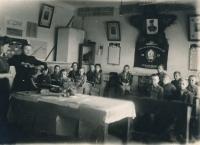 Škola ve Zdolbunovu, vojenské cvičení Podgotovka, 2. září 1945 (pamětník sedmý zprava)