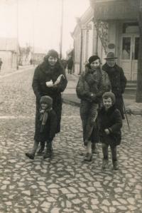 Zdeněk Doležal (vpravo vpředu), za ním maminka Věra, cca 1938, Zdolbunov