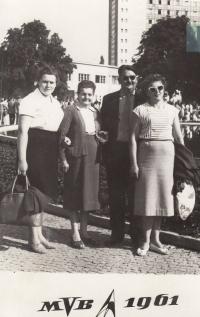 Rodinná fotografie - zleva Jaroslava Blešová, matka Emilie Zlámalová, bratr matky Jan Urban a jeho žena